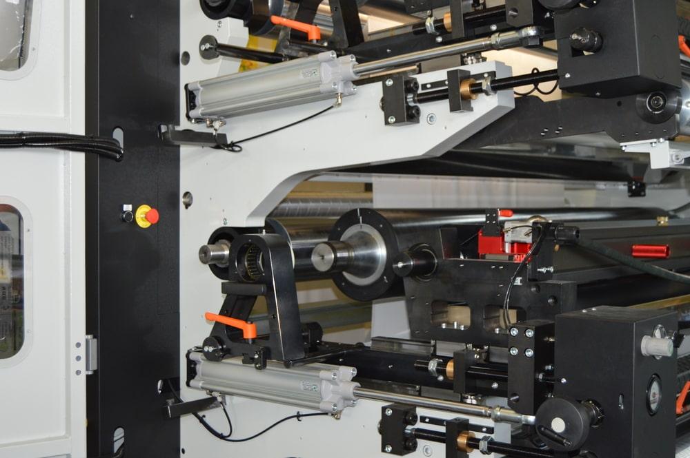 Apertura/chiusura del supporto frontale per il cambio manica cliche', utilizzo di guide lineari e avanzamento pneumatico